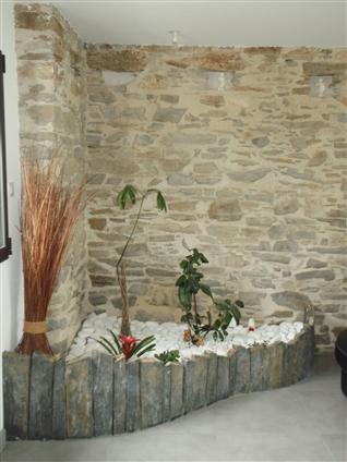 Jardinière intérieure en ardoise avec galets blancs sur la commune de SAINT HILAIRE DE CHAELONS - 44680